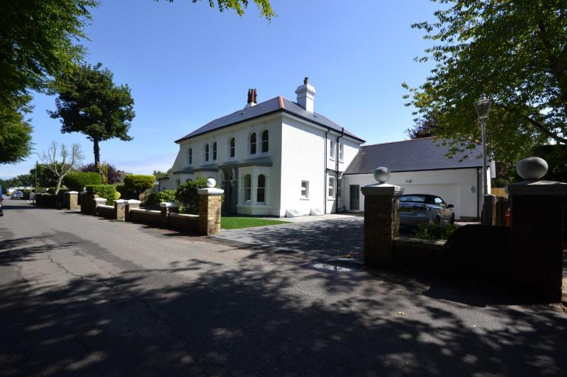 6 Bedroom House For Sale : Asking Price £875,000 / Ferndale Manor ...